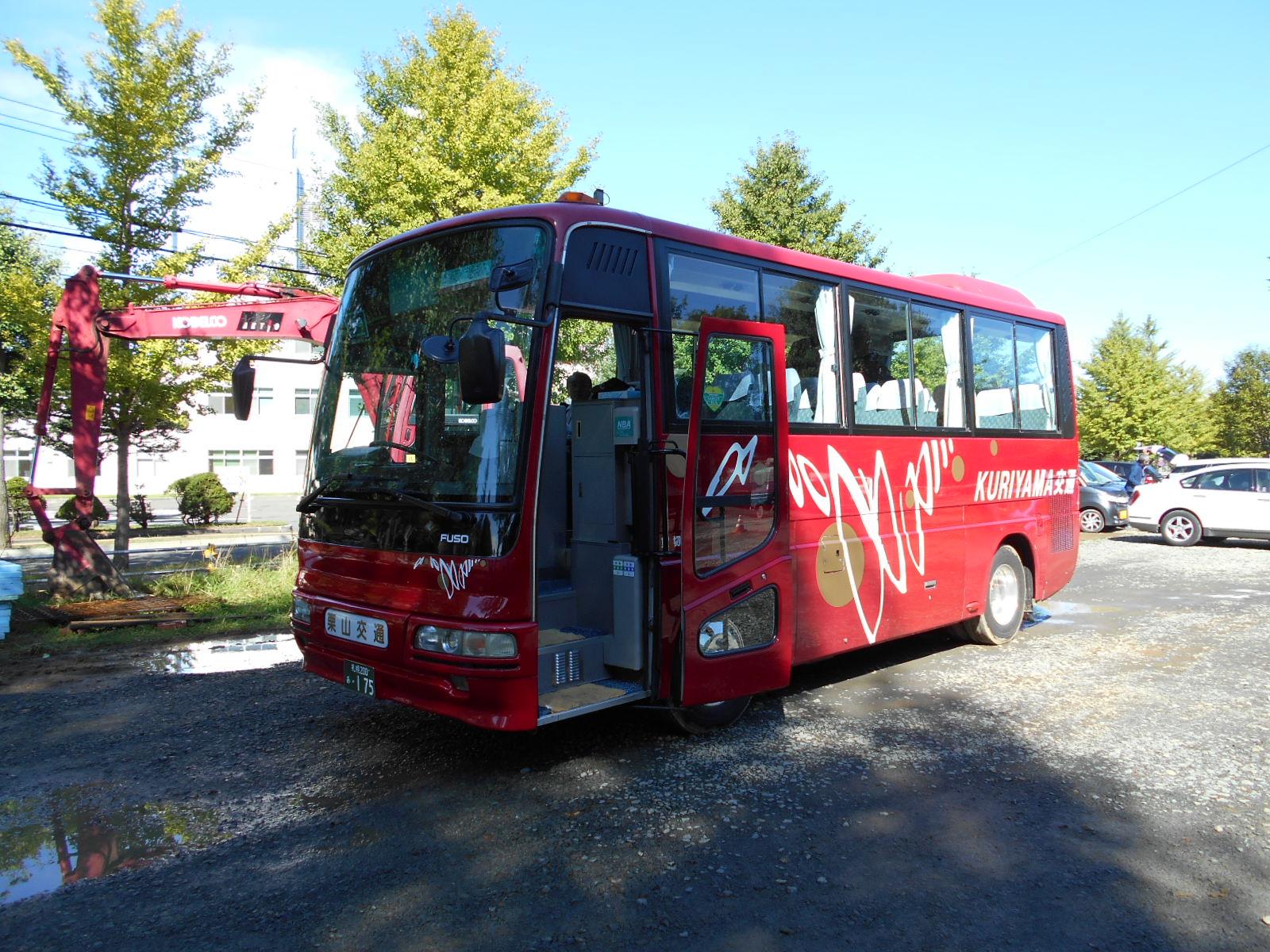 一同が乗ったバス